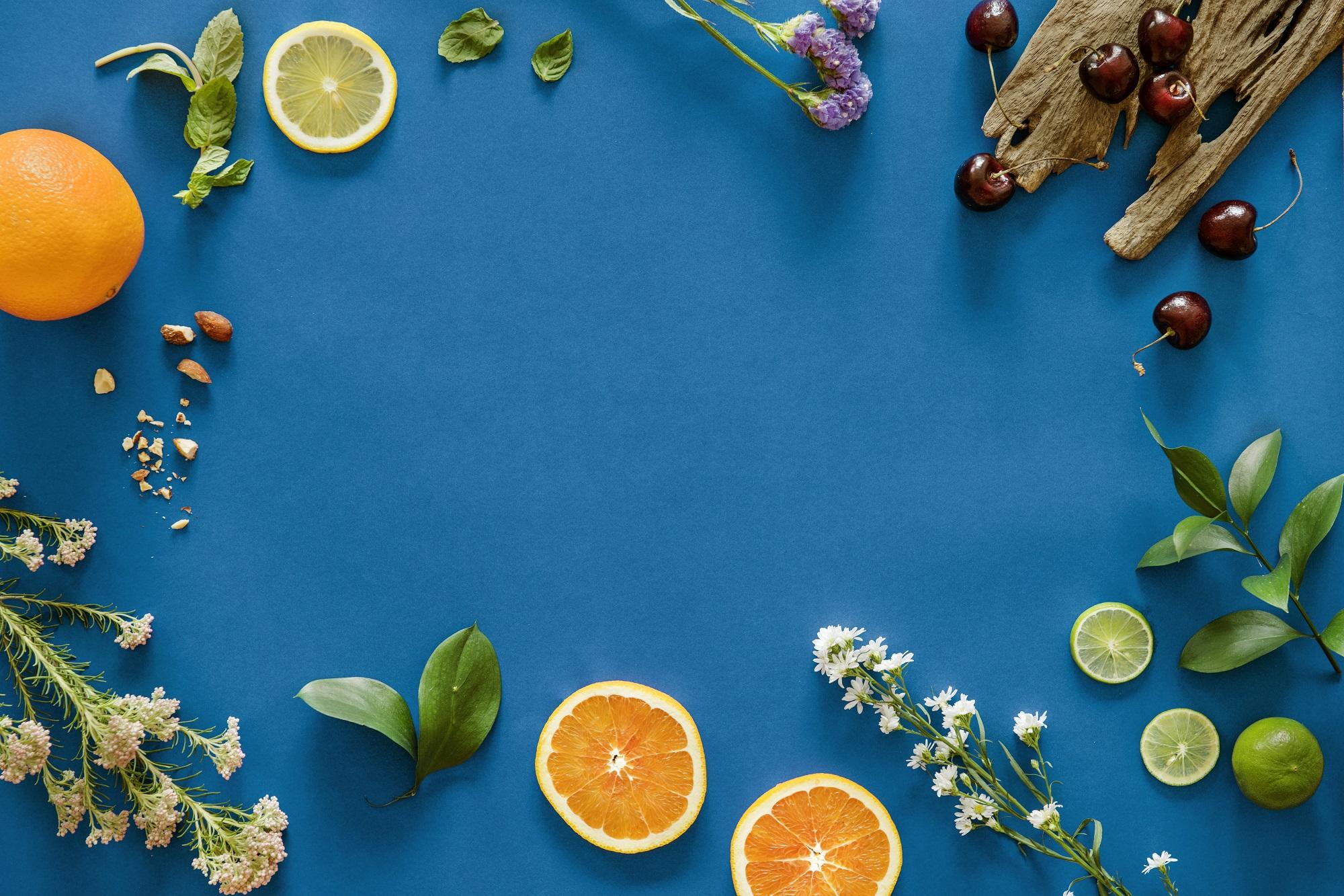 Marcela Osorio biologa nutrizionista, sfondo blu con alimenti
